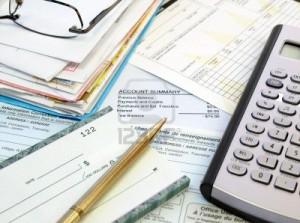 10213700-un-monton-de-facturas-cuentas-de-tesoreria-lapiz-y-calculadora-en-la-tabla