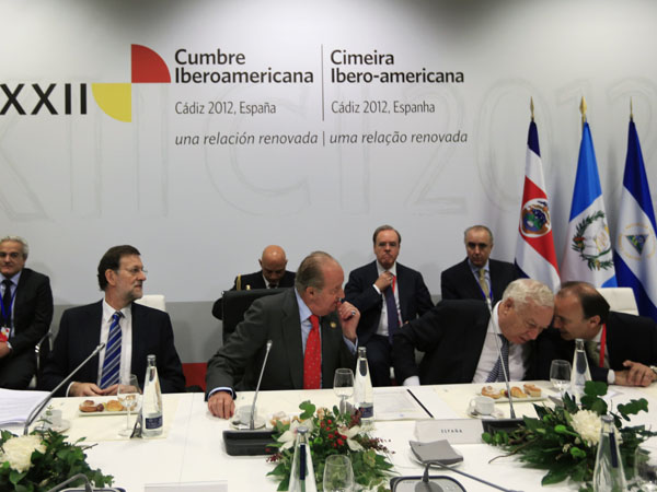 Spanish King Carlos, Spain's PM Rajoy and Spain's FM Garcia-Margallo attend a meeting during the Ibero-American Summit in Cadiz